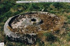 Meule dormante près de l'ancien moulin, Villeservine